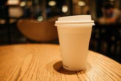 Przedmiota tła białej kawy szklany miejsce na wierzchołka stole w resta Zdjęcie Royalty Free