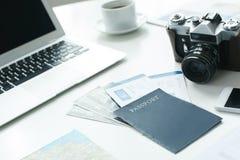 Przedmioty odizolowywający na białej stołowej agenci podróży obraz stock