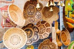 Przedmioty robić brzozy barkentyna z różnorodnymi formami i wzorami - pamiątka handel w Veliky Novgorod, Rosja Fotografia Royalty Free