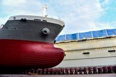 Przedni closup statek w spławowym doku zdjęcie royalty free