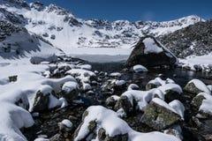 Przedni Staw, lago en invierno Imagenes de archivo
