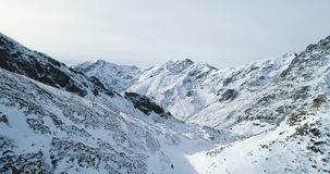 Przednia antena nad zima śnieżnym przełęczem z mountaineering narciarki ludźmi chodzi w górę pięcia Śnieg zakrywający zbiory wideo