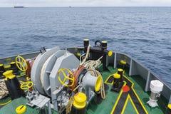 Przednia strona Kotwicowa Obchodzi się holownika AHT łódź Fotografia Stock