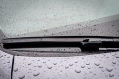 Przedniej szyby wiper ostrze w dżdżystej pogodzie zdjęcie stock