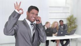 Przedpole biznesmen pokazuje OK gest obraz royalty free