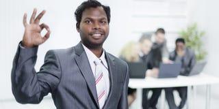 Przedpole biznesmena młodzi przedstawienia gestykulują OK zdjęcie royalty free