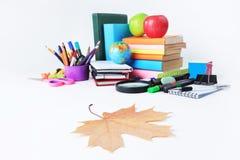 Przedpole jest liściem klonowym na tle szkolne dostawy Fotografia z kopii przestrzenią obrazy royalty free