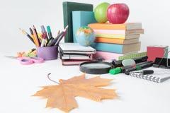 Przedpole jest liściem klonowym na tle szkolne dostawy Fotografia z kopii przestrzenią zdjęcia royalty free