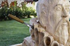 Przedpole popiersie sławny Pisarz Miguel De Cervantes rzeźbił w drewnie z przybijającą dłubaczką obrazy royalty free