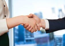 przedpole uścisk dłoni przed okno biuro zdjęcie royalty free