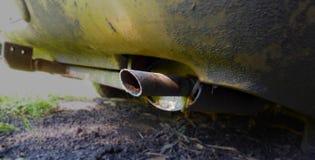 Przedpole wydmuchowa drymba złoty samochód zdjęcia stock