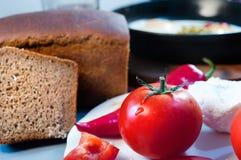 Przedpole z pomidorami ser, pieprz i chleb przeciw niecce, obraz stock