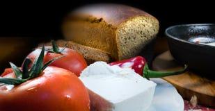 Przedpole z pomidorami, serem, pieprzem, chlebem i smaży niecką, obraz royalty free