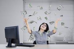 Przedsiębiorców dolarów przyglądający pieniądze Obrazy Royalty Free