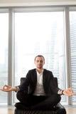 Przedsiębiorców koncentraty na pozytywnych myślach Zdjęcie Stock