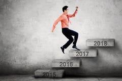 Przedsiębiorców kroki na schodkach z liczbą 2017 Fotografia Royalty Free