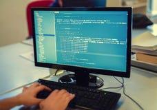 Przedsiębiorca budowlany pracuje na źródło kodach na komputerze przy biurem fotografia royalty free