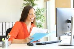 Przedsiębiorca lub kierownictwo pracuje przy biurem zdjęcie royalty free