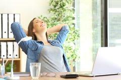 Przedsiębiorca odpoczywa przy biurem zdjęcia royalty free