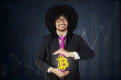 Przedsiębiorca pokazuje bitcoin symbol na jego ręce Zdjęcie Stock