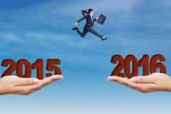 Przedsiębiorca skacze na przerwie robić dwa ręki Zdjęcia Stock