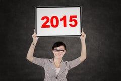 Przedsiębiorca trzyma deskę z liczbą 2015 Obraz Stock
