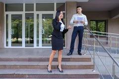 Przedsiębiorcy, Śliczni młodych dziewczyn uses dzwonią i chłopiec niesie falcówkę Zdjęcie Stock