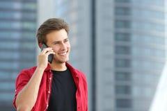 Przedsiębiorcy biznesowy mężczyzna opowiada na telefonie Zdjęcia Royalty Free