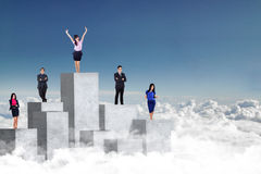 Przedsiębiorcy stoi na betonowej ścianie Obrazy Royalty Free