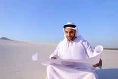 Przedsiębiorczy męski sheikh biznesmena obsiadanie z białym papierem wewnątrz Zdjęcia Royalty Free