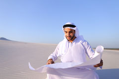 Przedsiębiorczy męski sheikh biznesmena obsiadanie z białym papierem wewnątrz Obrazy Stock