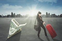 Przedsiębiorcy i origami samolotu banknot Fotografia Royalty Free