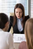 Przedstawiać domowego plan, budynku projekt na spotkaniu z klientami Obraz Stock