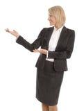 Przedstawiać odosobnionej biznesowej kobiety pokazuje tekst lub produkt z Zdjęcie Stock