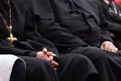 Przedstawiciele Ortodoksalni duchowieństwa w czarnych kontuszach siedzą w sali konferencyjnej Spotkanie księża i duchowni koncept zdjęcia stock