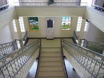 Przedstawicielski schody w dużym dziejowym budynku Zdjęcia Royalty Free