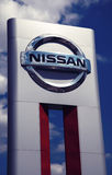 przedstawicielstwo firmy samochodowej Nissan podpisuje Obrazy Royalty Free