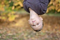 Przedszkole pełnoletnia chłopiec do góry nogami outdoors zdjęcia royalty free