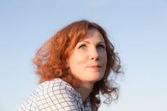 przefiltrować do włosów w czerwonej kobiety fotografia stock