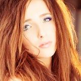 przefiltrować do włosów w czerwonej kobiety Zdjęcia Stock