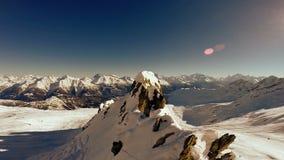 Przegapiać śnieżnego góry zimy krajobraz zbiory