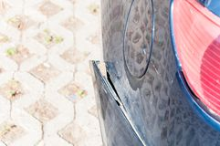 Przegięty lub zniekształcający tylni zderzak na uszkadzającym błękitnym samochodu zakończeniu up obrazy stock