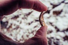 Przegięty pocisk Po Strzelającego, Trzymający w ręce, piaskach i śniegu w tle Z Balistycznymi ocenami, - obraz stock