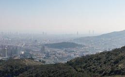 Przegląd zanieczyszczający miasto Barcelona, od Collserola góry z warstwą smog nad nim, zdjęcie royalty free