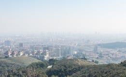 Przegląd zanieczyszczający miasto Barcelona, od Collserola góry z warstwą smog nad nim, obraz royalty free