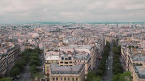 Przegląda z góry, na dachach stary okręg Paryż, Francja zwolnionym tempem Pejzaży miejskich samochody na drodze Strzelający od zdjęcie wideo