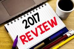 2017 przegląd Biznesowy pojęcie dla Rocznego Zbiorczego raportu pisać na notatnik książce w biurze z lapto na drewnianym tle zdjęcie royalty free