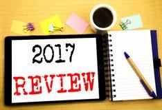 2017 przegląd Biznesowy pojęcie dla Rocznego Zbiorczego raportu Pisać na pastylka laptopie, drewnianym tle z kleistą notatką, kaw Zdjęcie Royalty Free