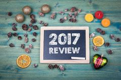 2017 przegląd Bożenarodzeniowy i wakacyjny tło Ornamenty i wystrój na drewnianym stole zdjęcia stock
