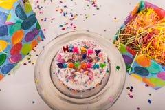 Przegląd dekorujący Urodzinowy tort z wszystkiego najlepszego z okazji urodzin świeczkami zawijać boksuje zdjęcie stock